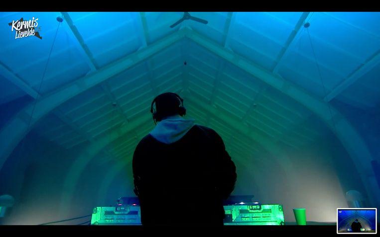 Dj Pim Pam Pompen begon zijn het optreden in de kerk met het nummer 'God is a DJ'. Beeld