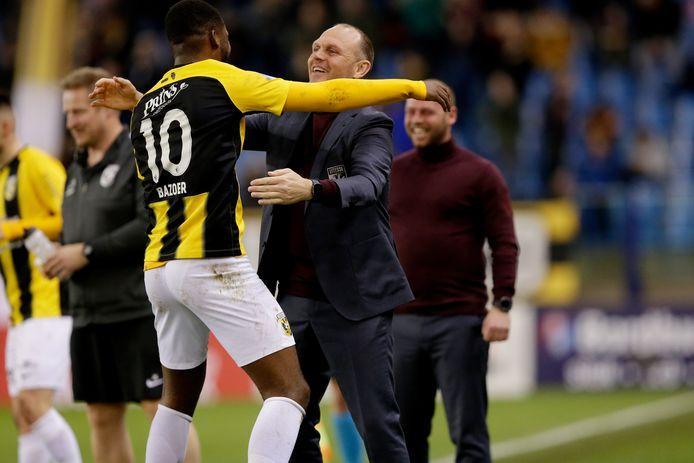 Joseph Oosting als hoofdcoach van Vitesse, in het vorige seizoen. Riechedly Bazoer omhelst de interim na zijn fraaie goal tegen VVV-Venlo.