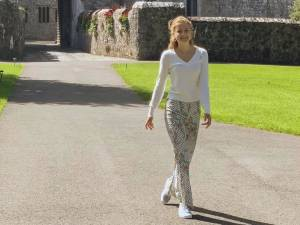 La princesse Elisabeth prend la pose à l'école dans un joli pantalon Zara