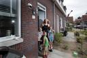 Carine van der Zee met haar kinderen Sarah, Daan en Eric.