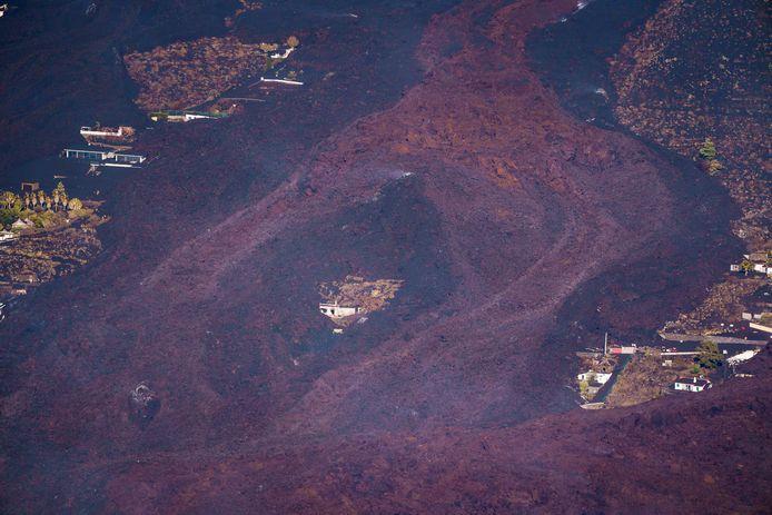 De gigantische lavastromen zijn weliswaar vertraagd of stilgevallen, maar vormen nog steeds een gevaar.