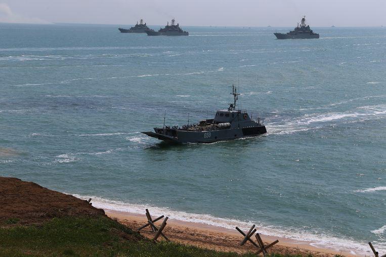 Russische marineschepen gisteren tijdens een militaire oefening aan de oefensite Opoek in het water rond de Krim. Beeld EPA