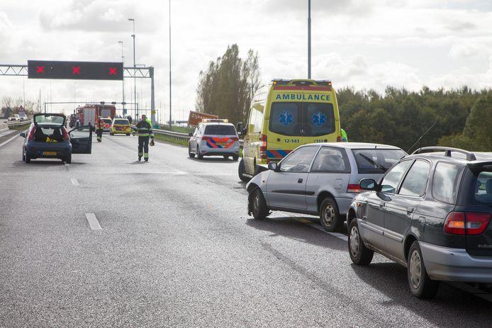 Op de A9 richting Amsterdam is ter hoogte van Velsen-Zuid een groot ongeval gebeurd.