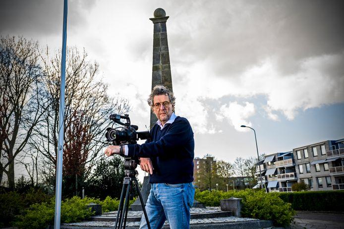 Hans Heesterbeek bij de Gedenknaald aan de Kerklaan in Nieuwerkerk aan den IJssel.