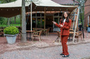 Lissa Lewis aan het terras van Brasserie 't Koetshuis aan Kasteel Ravenhof in Putte-Stabroek