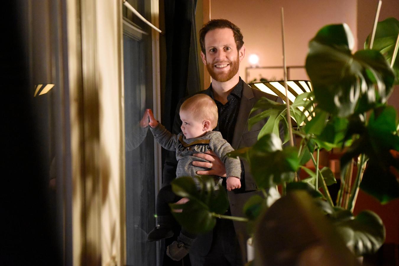 Raadslid Florian Bos met zijn dochter Feline (8 maanden) in de woonkamer van de bovenwoning aan de Voorstraat.