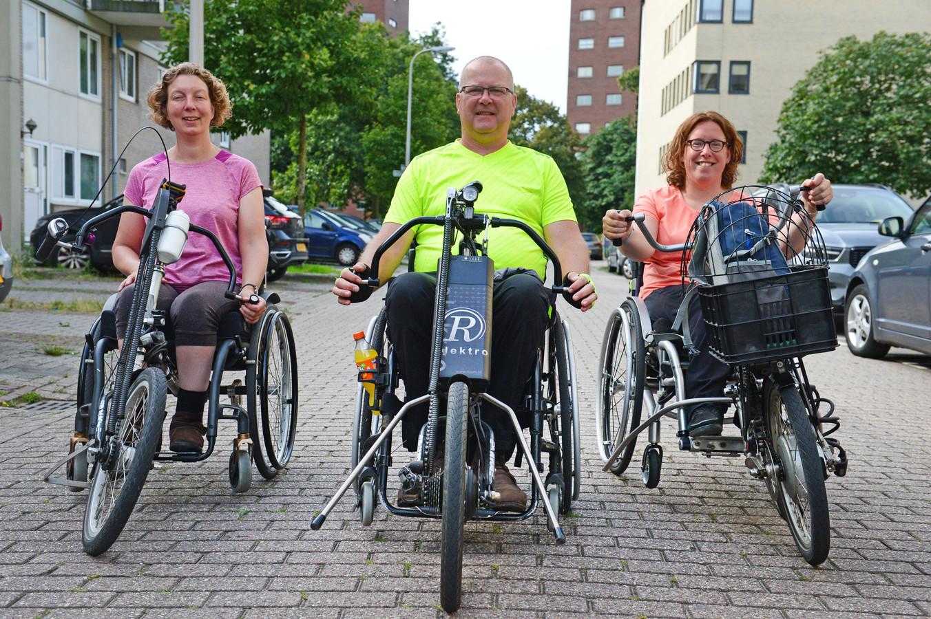 Imke Hansen, Auke Zandstra en Lisette van Os (v.l.n.r.) reden samen de online editie van de Twentse Rolstoelvierdaagse.