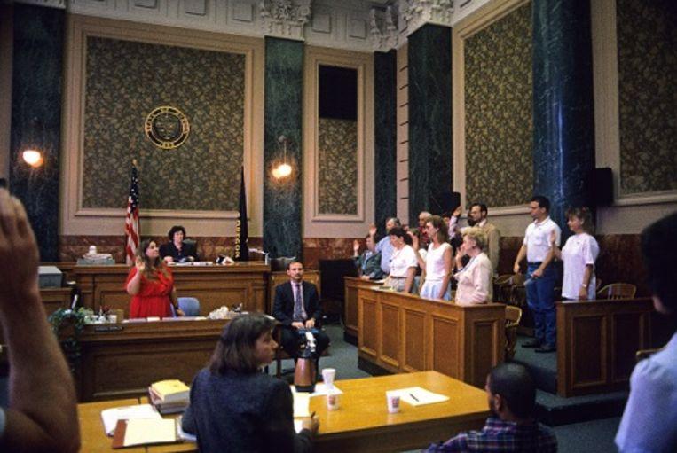 Een jury wordt beëdigd in een rechtszaal in de Amerikaanse stad Portland. Beeld null