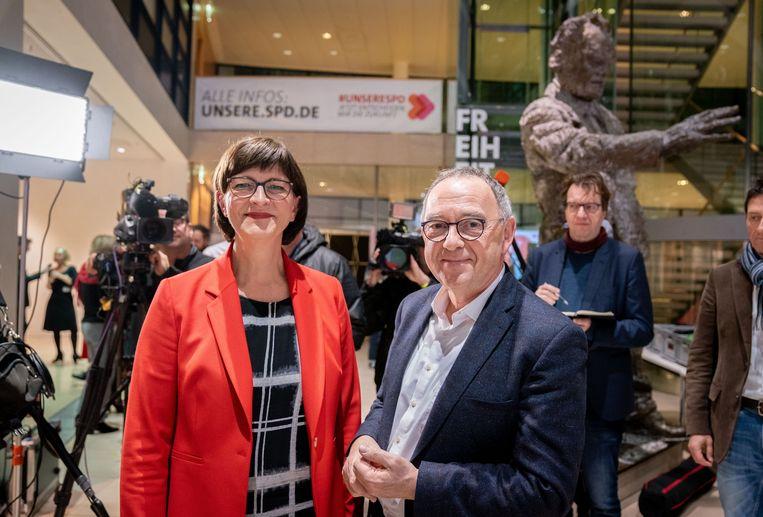 Saskia Esken en Norbert Walter-Borjans op het SPD-hoofdkantoor in Berlijn.  Beeld Kay Nietfeld/dpa