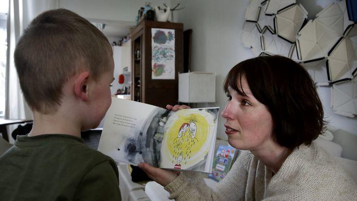 Elsemiek leest haar boek nog geregeld voor aan haar zoontje.