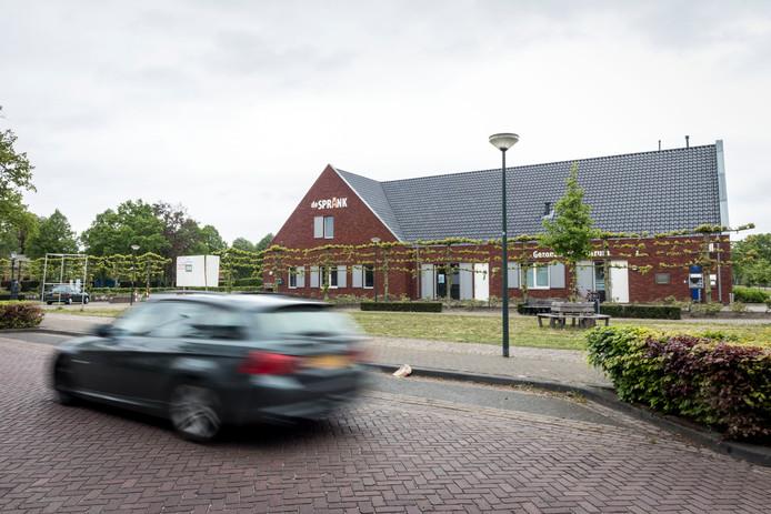 De Sprank in De Mortel, met rechts het Gezondheidscentrum. Rechts om de hoek zit de fysiotherapiepraktijk van Carlo Hazenberg.