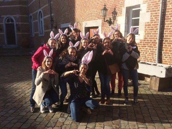 De vriendinnen waren zaterdag het vrijgezellenfeest van Lien Sempels aan het vieren, toen ze aan restaurant 'La Vache Qui Suisse' zagen dat Emile Dierickx (foto onder) dringend hulp nodig had.