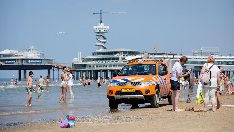 Medewerkers van de Reddingsbrigade tijdens een patrouille op het Scheveningse strand. Beeld anp