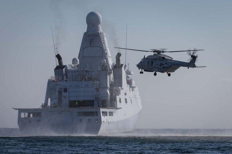 NH90 doet aantal dek landingen op het helidek van Zr.Ms. Groningen, dit om gecertificeerd te zijn voor o.a. operationele taken. Beeld Media Centrum Defensie
