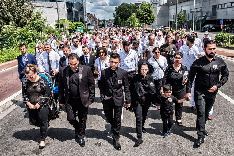 De mars ter nagedachtenis van de overleden peuter Mawda. Met de ouders van Mawda vooraan. Beeld Tim Dirven