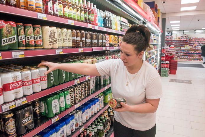 Sandra Voitkeviča, exploitant van supermarkt Lajkonik in Zeewolde, sorteert de Poolse pilsen en andere typisch Poolse producten.