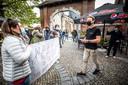 Uitbater Philip Blavier (rechts) wordt meteen warm onthaald door een bende van trouwe terrasgangers met een hartverwarmend opschrift.
