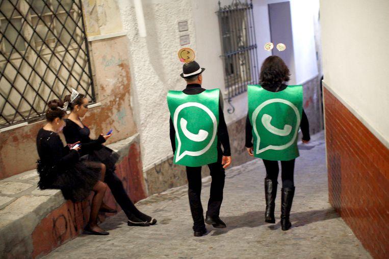 Mensen verkleed als WhatsApp-logo in Málaga, Spanje. Beeld -