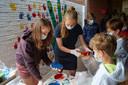 De studentes gaven alle kinderen van De Wijzer de kans om een handafdruk op 'de herstelmuur' te zetten
