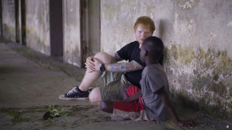 Een geëmotioneerde Ed Sheeran in Liberia. Zijn actie viel niet bij iedereen in goede aarde. Beeld Comic Relief/YouTube
