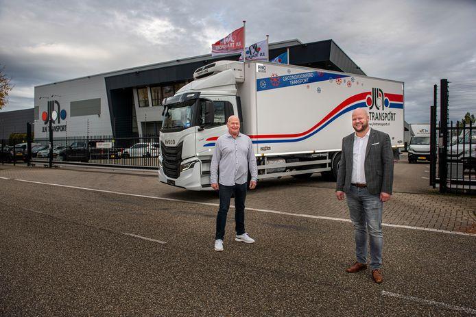 Joey Nijkamp (rechts) neemt het transportbedrijf JLN van zijn vader, Gerrit, over. Het bedrijf bestaat morgen tevens 25 jaar.
