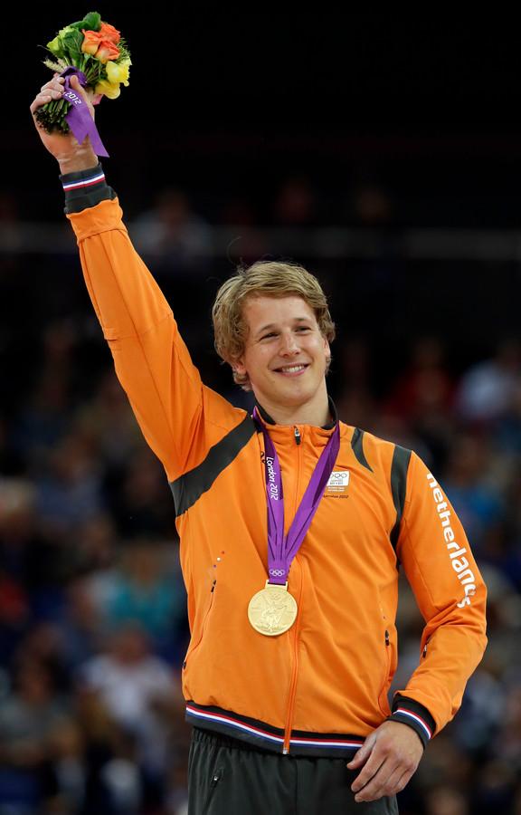 Epke Zonderland viert het winnen van zijn gouden medaille op de Olympische Spelen in Londen.