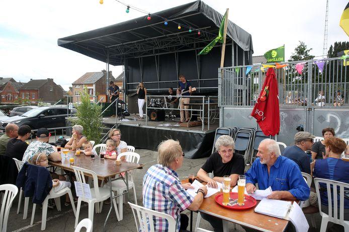 Bellingen - Halfoogstfeesten 2017 Wandelaars genoten na hun tocht nog wat na op het terras van het mosselrestaurant met muziek van de groep Lost Logic.