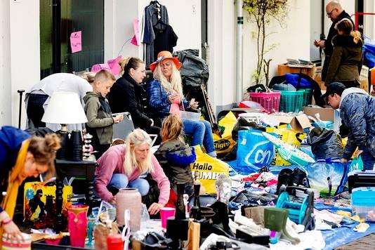 De vrijmarkt is traditioneel al voor Koningsdag begonnen.