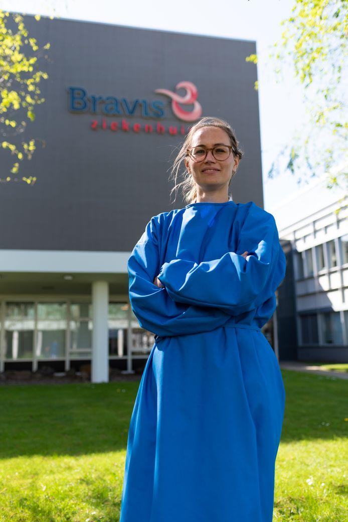 Een verpleegkundige van Bravis in de beschermende jas waarvan het ziekenhuis er duizenden heeft gekocht.