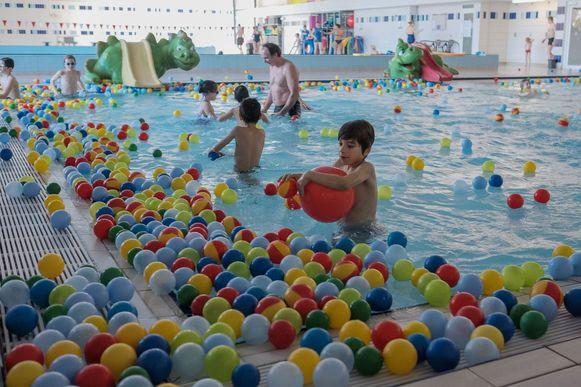 Het huidige zwembad van Aartselaar. Dat zou tijdens de bouw van het intergemeentelijke zwembad gewoon openblijven.