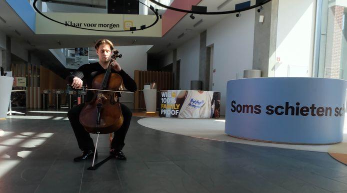 De Antwerpse cellist Christoph Bunzendahl heeft zaterdag een prelude van Bach gespeeld in het atrium van het hoofdzetel van Telenet in Mechelen