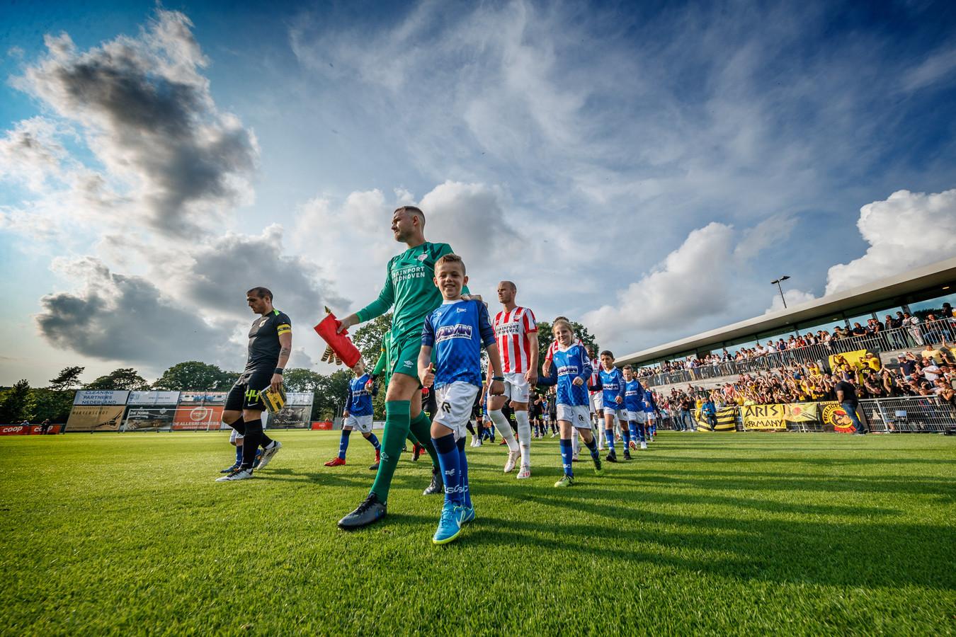 Oosterhout - 12-7-2019 - Foto: Pix4Profs/Marcel Otterspeer - PSV en het Griekse Aris Saloniki speelden vanavond een oefenwedstrijd op het complex van voetbalclub TSC in Oosterhout.  25 dolgelukkige kinderen in Oosterhout mochten aan de hand van de spelers het veld betreden.