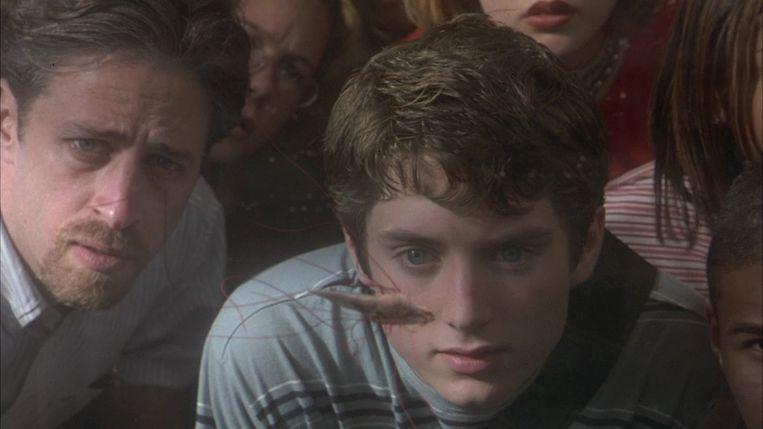 Jon Stewart en Elijah Wood in The Faculty van Robert Rodriguez. Beeld
