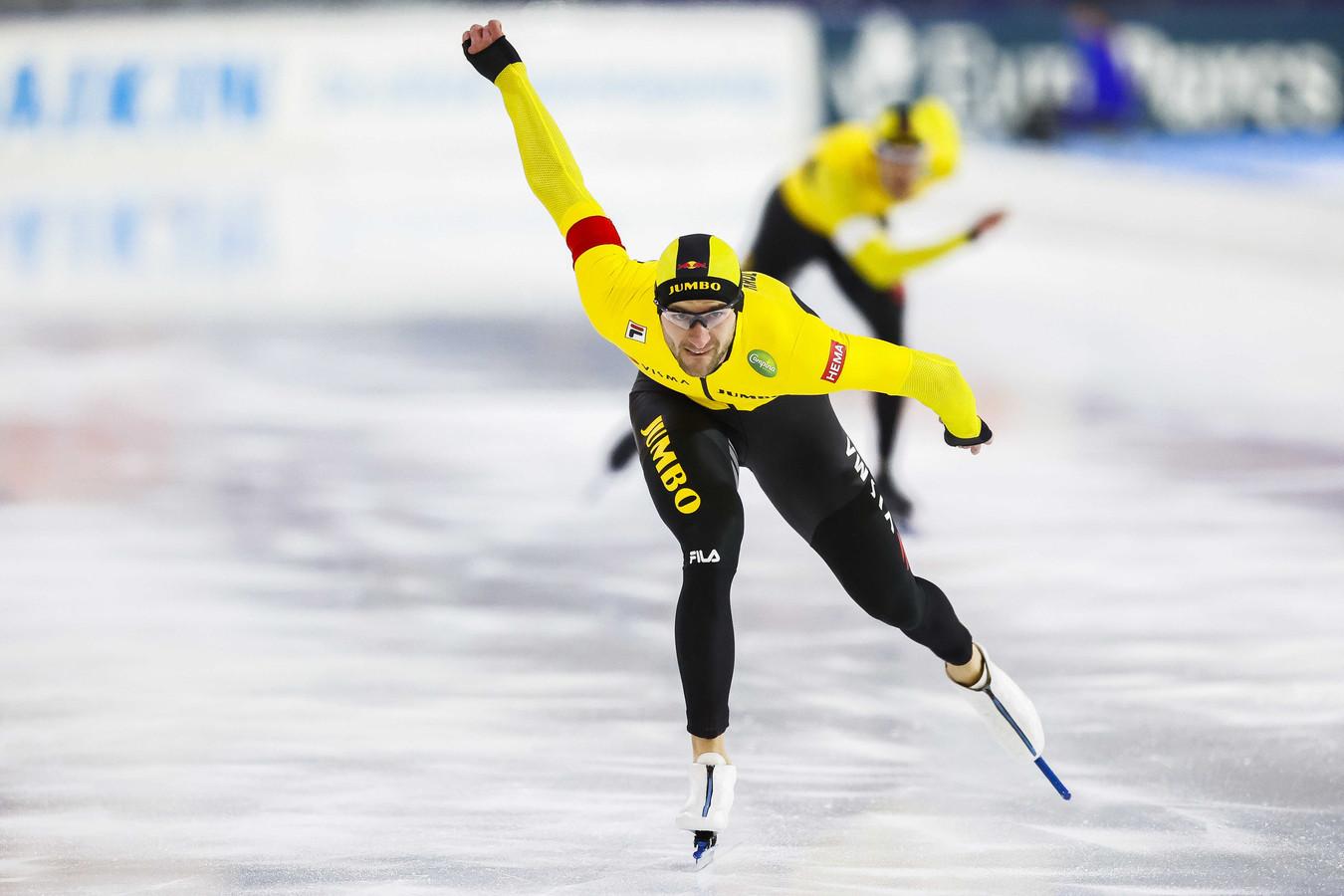 Thomas Krol in actie op de 1000 meter tegen Hein Otterspeer tijdens het WK-kwalificatietoernooi schaatsen in Thialf.