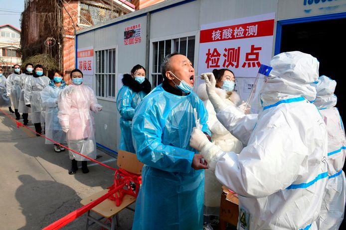 Bewoners van Shijiazhuang in de rij aan een nieuw opgetogen testcentrum binnen een grootschalig testprogramma.