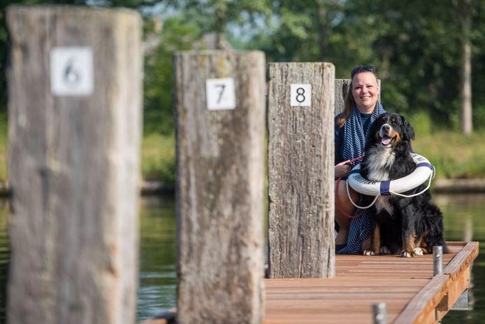 Nancy van Heeswijk uit Son bivakkeert met hond Guus vanaf komende maandag twee weken op een vlot, varend door de regio om geld op te halen voor De Waterengel