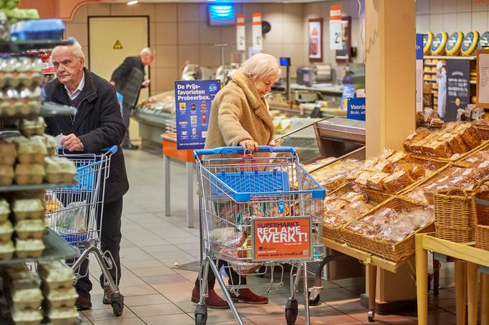 Ouderen maken gebruik van het speciale seniorenuur van 7.00 tot 8.00 bij Albert Heijn in Nuland.