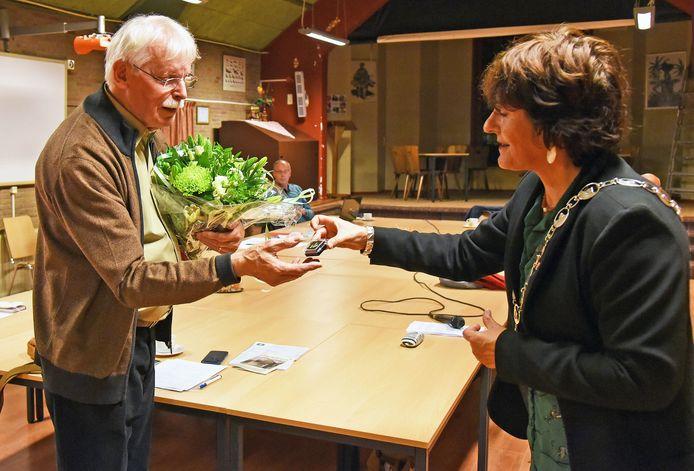 Een speldje en bloemen voor Nico Peterse overhandigd door burgemeester Marga Vermue.