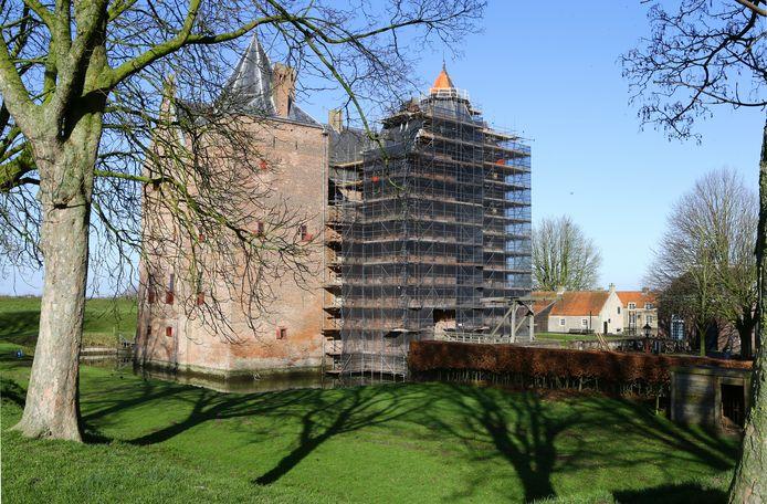 Aan het kasteel bij Poederoijen wordt momenteel groot onderhoud gepleegd.