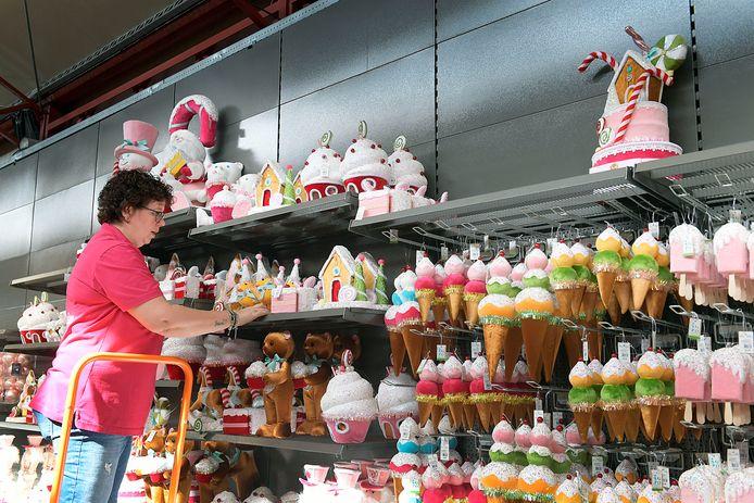 Bij Intratuin Sliedrecht liggen de eerste kerstspullen al in de schappen. Het 'snoepthema' is een van de kersttrends van dit jaar. Zuurstokken, taartjes, ijsjes: hoe zoeter hoe beter.