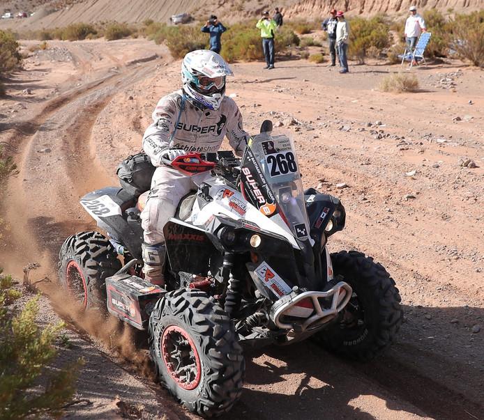 Quadrijder Bastiaan Nijen Twilhaar baant zich een weg door de woestijn