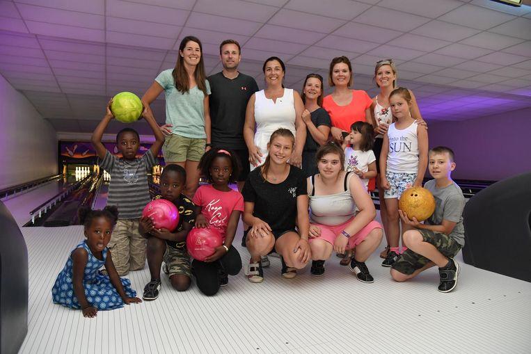 Ladies Circle namen enkele kinderen van De Tondeldoos mee voor een wedstrijdje bowlen.