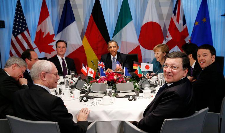 Het duo Herman Van Rompuy (voor, links) en Jose Manuel Barroso (voor, rechts)  in 2014, aan tafel met onder meer Barack Obama en Angela Merkel   Beeld REUTERS