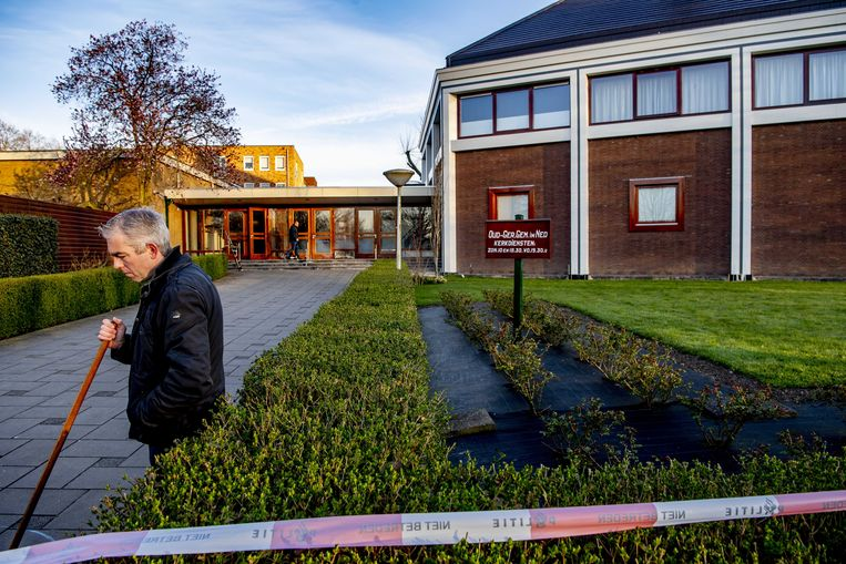 Kerkmedewerkers ruimen op bij de Mieraskerk in Krimpen aan den IJssel, die onlangs beschadigd raakte door vuurwerk.  Beeld ANP