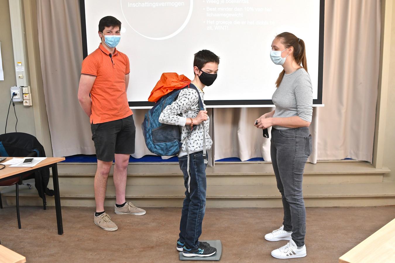 Gezondheidslessen in het VTI. Deze leerling zou eigenlijk 90 kg moeten wegen om op een gezonde manier een boekentas van 9 kg op de rug te dragen.