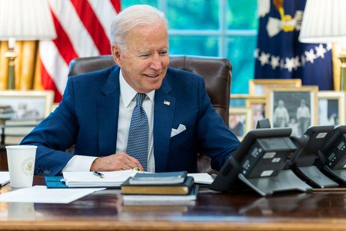 De Amerikaanse president Joe Biden in het Oval Office in het Witte Huis tijdens zijn telefoongesprek met zijn Franse ambtsgenoot Emmanuel Macron, waarin de twee spraken over het conflict dat tussen Frankrijk en de Verenigde Staten ontstond na het sluiten van het AUKUS-verdedigingspact tussen de VS, het Verenigd Koninkrijk en Australië.
