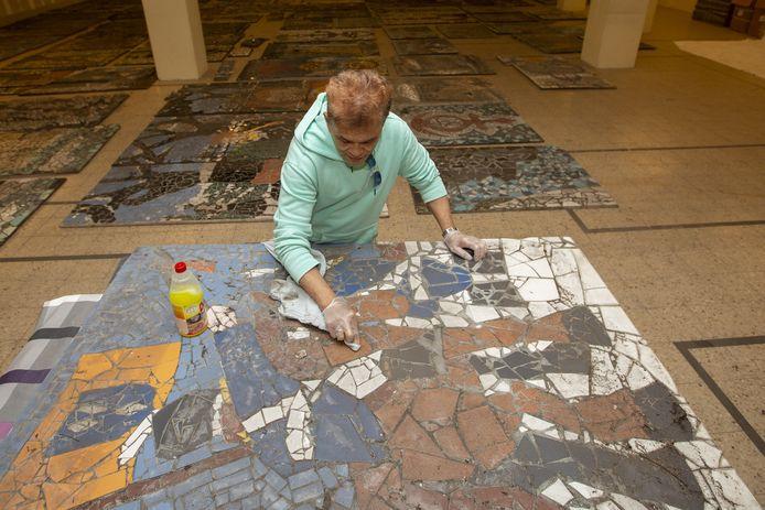 Hans Hunter is zeker nog een jaar bezig met het herstel van het Mans Kapbaargtunnel-mozaïek in zijn atelier in de voormalige Action.