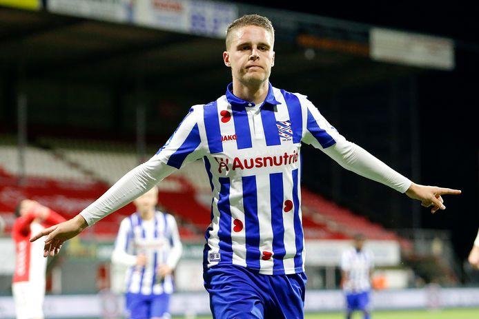 Joey Veerman viert de winnende 2-1 namens Heerenveen.