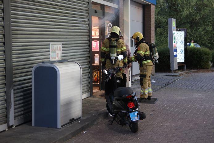 Het voorval gebeurde toen de pompmedewerker even na 20.00 uur de winkel afsloot.