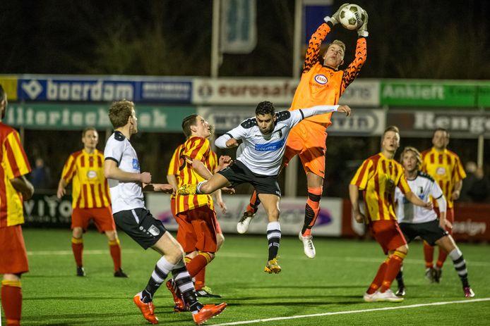 Tim Noordman - redding brengend tegen Berkum - speelt komend seizoen weer in de hoofdmacht van Go Ahead Kampen.